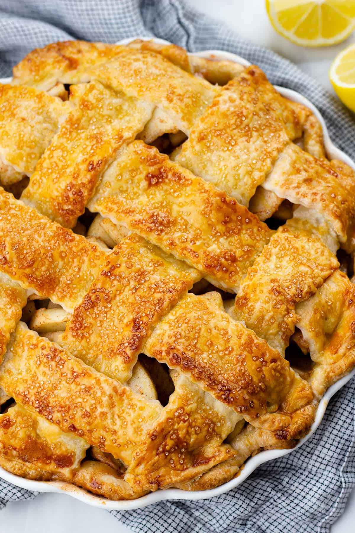 A close up of an apple pie.